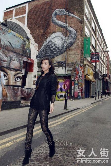 妖媚张静初伦敦街拍 涂鸦墙下绽放率性
